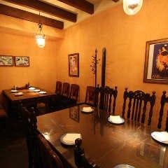 スペイン製の重厚なクラッシックテーブル