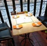 人気のテラス席。目隠しのカバーに覆われプライベート感覚でゆっくりお食事ができます。1年を通して空調で快適な空間です。