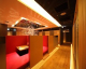 赤と茶のコントラストがステキな半個室