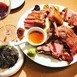人気の肉盛りはこだわりの低温調理肉を余すところなく楽しめる!