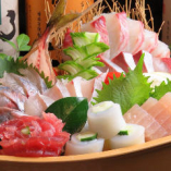 活魚の姿造りやお刺身盛合せ、焼物など魚貝料理も自慢!