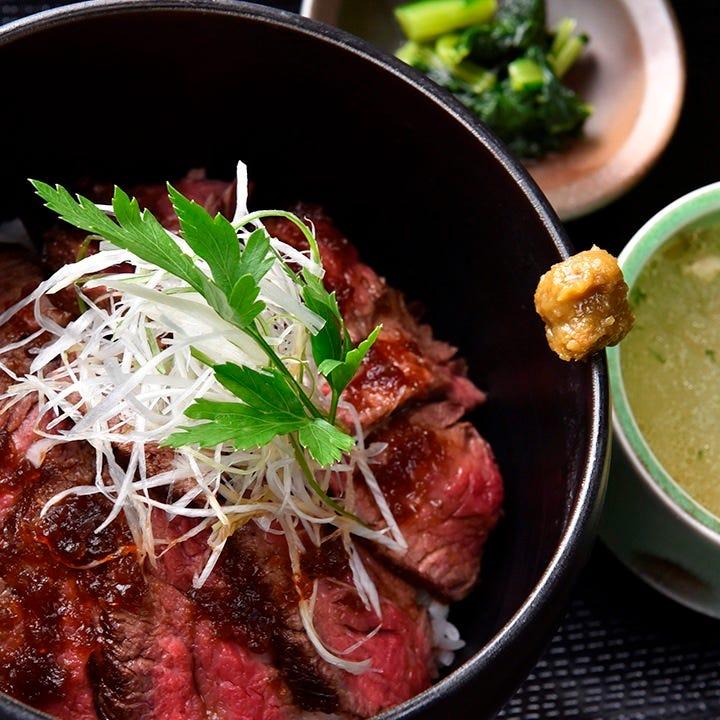 お肉がギッシリのった牛イチボのビフテキ丼は人気メニュー!