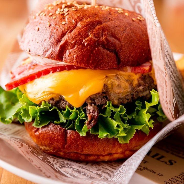 ジューシーなハンバーグに玉ねぎやチーズが入った看板メニュー