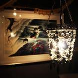 「BAR ルーム」シャンデリアから光がモダンな空間に仕上げてくれます。絵は「ディズニーでおなじみ「アイベンアール氏」のリトグラフ絵画です。
