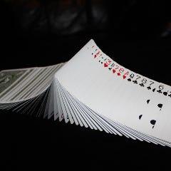 各テーブルで行なうカードマジックは驚きと笑いが!!!
