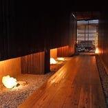 京都の町屋を彷彿させる 路地のような通路を通り店内へ