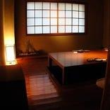 掘りごたつのお座敷。 間接照明が温かい空間を演出しています。