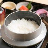 三田市の農家から直接届けられるコシヒカリを、一つ一つ釜で炊きます。ふっくら、やさしい甘みが絶品です。