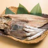 北海道の漁港直送で仕入れた魚介を、炭火焼きでほくほくに仕上げます。