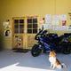 車好き、バイク好きの店主がお出迎え。