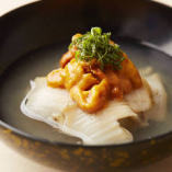 """三陸の郷土料理、生雲丹と鮑の旨味を凝縮した上品な汁物""""苺煮"""""""