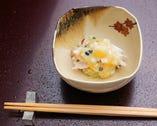 ある日の先付け。津居山産の蟹の甘みを堪能できる一皿
