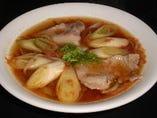 奈井江町産のミディトマトを使った、酸味とコクのあるそばです