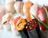 一番人気の「三海鮨(10カン)」。トロやアワビ、ウニが入って2000円(税抜)!