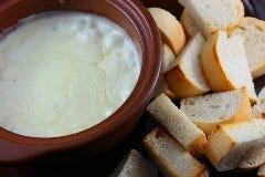 濃厚なチーズフォンデュと焼き立てパン