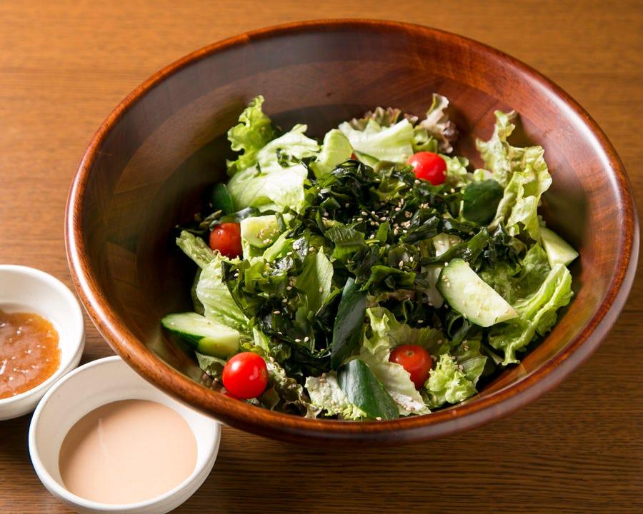 これは嬉しい!野菜サラダサービス!