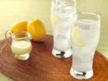 レモンは疲労回復、二日酔い、美肌、免疫力アップ、などに効果がある柑橘系プルーツ。皮から種までレモンのうまみを凝縮させた「丸ごとレモン」をお店で手作りしています。