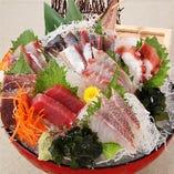 漁港直送!鮮度が自慢のお刺身盛り合わせは890円~ご提供。