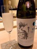 日本酒の芳醇な香りを楽しめるよう、ワイングラスでご提供。