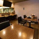 1階はテーブル席とカウンター席をご用意。普段飲みに最適◎