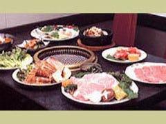 人気商品は韓国風骨付カルビと 海鮮石焼ピビンバ