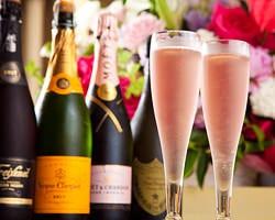 これからの二人を想う、祝福の乾杯 お祝いにふさわしいシャンパンを