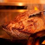 オーブンでじっくり火を通し、骨付き肉の旨みを凝縮。
