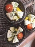 カマンベールチーズとニンニクとトマトのアヒージョ