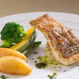 コースの魚料理はシェフにおまかせあれ!
