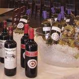 ソムリエが世界各国からワインを約40種厳選。色々試したい…という方は、日替わり赤・白各4種が飲める『ワインビュッフェ』をどうぞ。