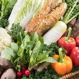 週に数回、オーナー自ら畑へ足を運び、厳選した野菜をそのままお店へ持ち帰ります。収穫して間もない新鮮な野菜は、甘さ・香り・食感全てが別格の味わい。