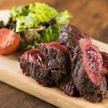 豪快な厚切り肉も自慢!ハンギングテンダーのステーキは、ボリューミーな400gで提供!