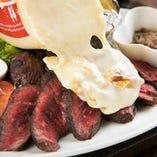 お好きな料理にラクレットチーズがトッピングできます!ステーキやサラダにかけるのがおすすめ★
