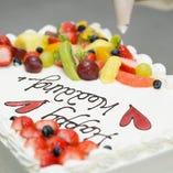 誕生日や記念日などに。ホールケーキは2名様用の小さいサイズからご用意できます。