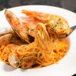 新鮮な魚介や野菜を使ったパスタは多彩にございます。