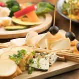ワインと一緒にチーズをどうぞ。