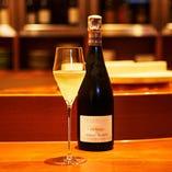 世界各国より厳選した銘柄ワインを常時200種