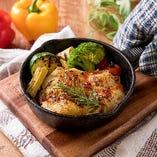 ジューシーチキングリルのワンプレートランチ(チーズ食べ放題付き)