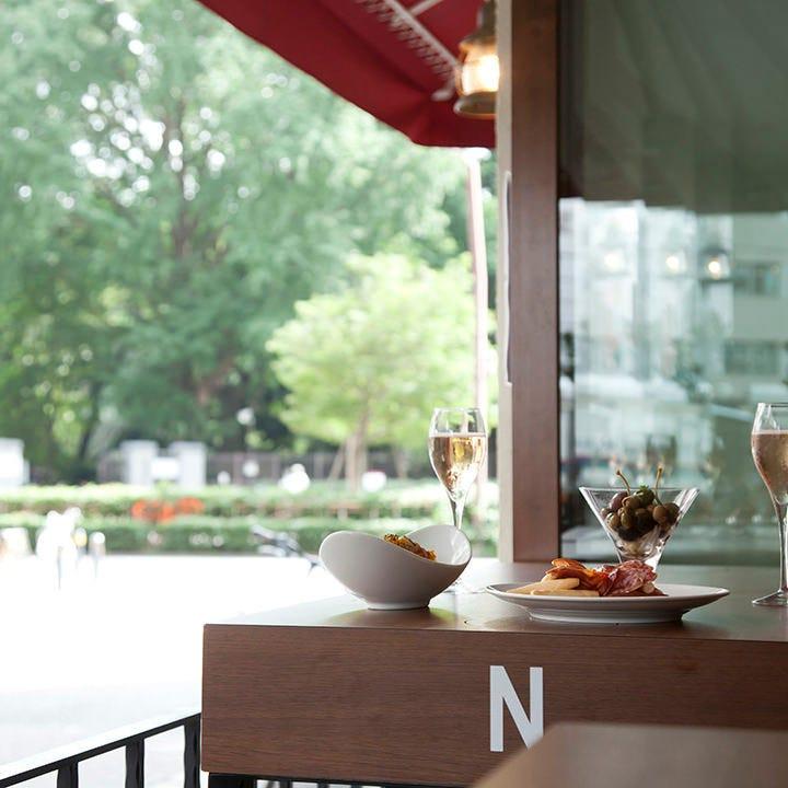 新宿御苑の緑を眺め風を感じながら昼飲み♪贅沢気分を味わえます