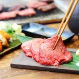 厚切りのお肉を溶岩石で堪能。
