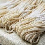 食べやすい自家製細麺に上品な甘さのあご出汁で仕上げております
