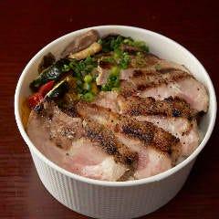 豚肩ロースステーキ丼(ジンジャーソース)