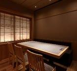 デザイナーが手掛けた2名から4名様専用の半個室空間です。