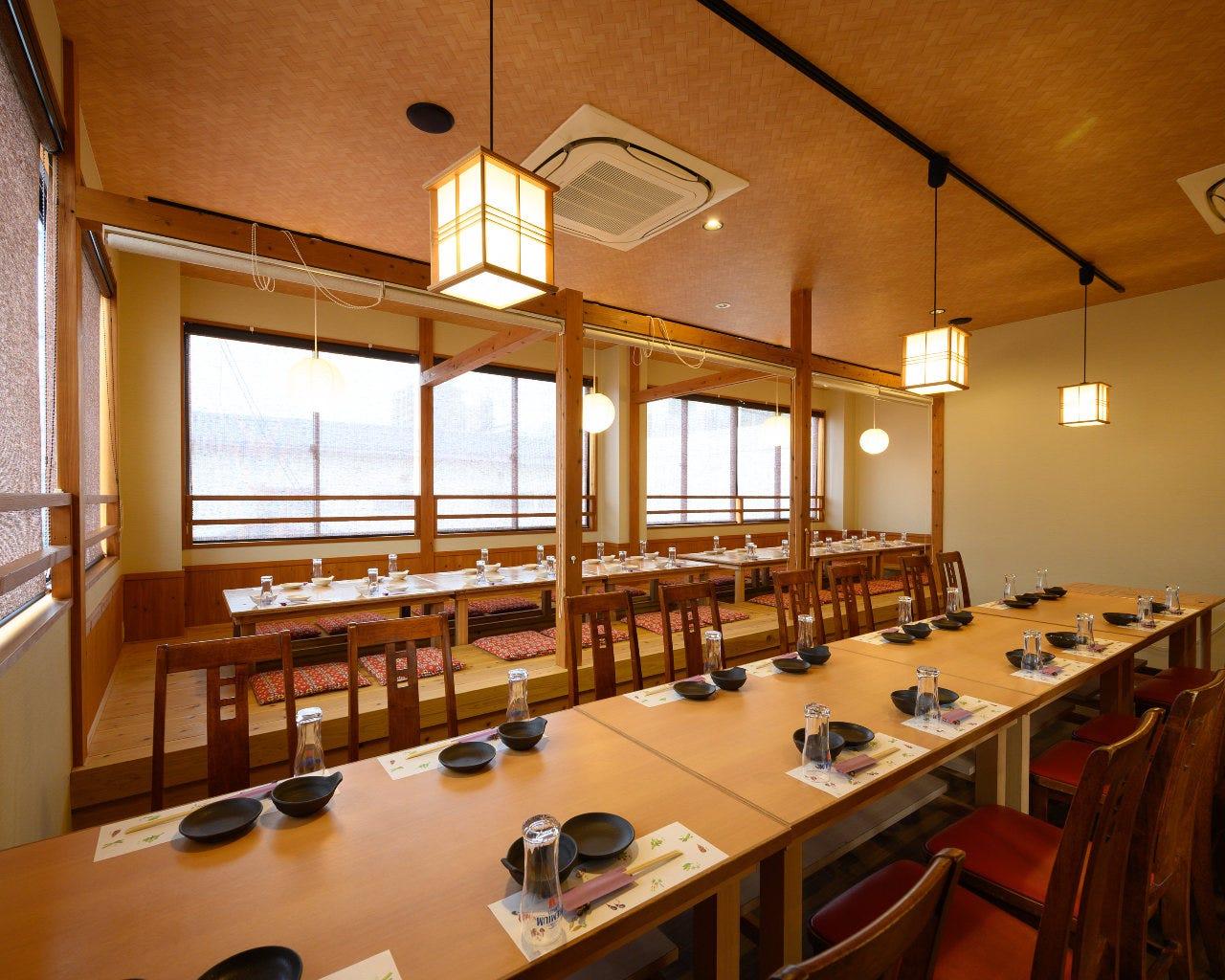 2階席はテーブル、掘りごたつ。最大44名様まで。個室利用も可能