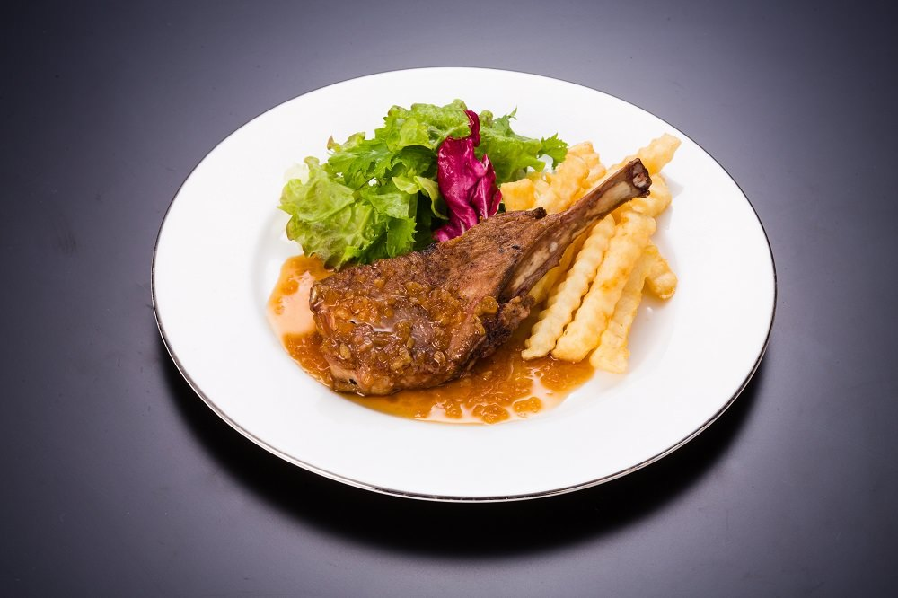 豪快にどうぞ!「骨付きラム肉のロースト」¥1,180