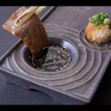 味の仕上げ・タレは赤身系の肉によく合う兆秘伝のタレと、ホルモン系の肉に合うおろしポン酢ダレ2種類