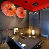 デザイナーが手掛けた空間は華やかながら落ち着いた雰囲気の店内