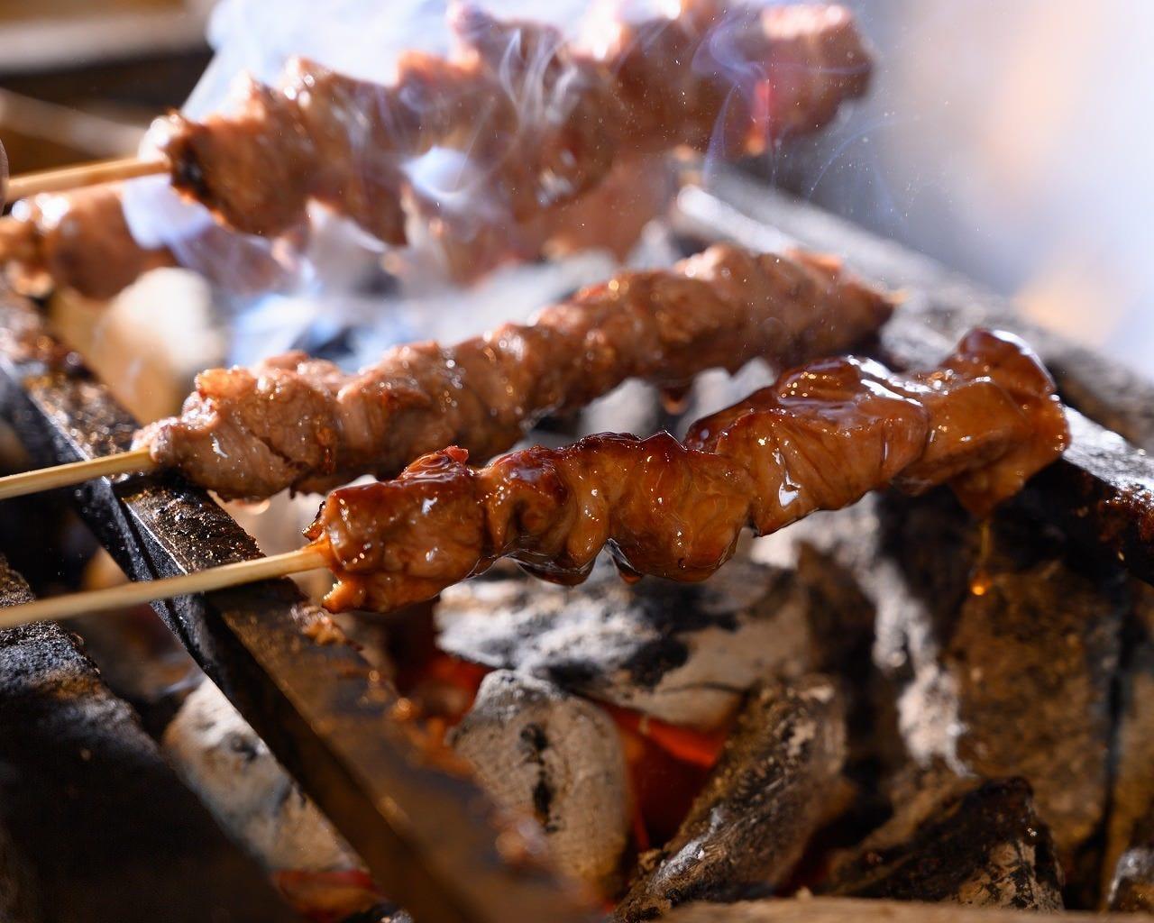 丁寧に焼き上げる松阪豚のもつ焼き串