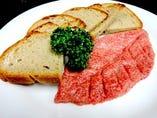 馬肉をつかった桜タルタルステーキはライ麦パンとの相性抜群!!