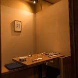 半個室のテーブル席〔ロールカーテンで仕切れます。〕